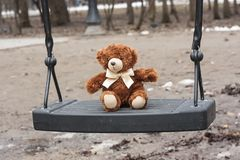 Плюшевый медвежонок на качании Стоковая Фотография RF