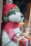 Плюшевый медвежонок на украшении рождества в улице Стоковая Фотография