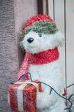 Плюшевый медвежонок на украшении рождества в улице Стоковые Изображения RF