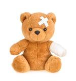Плюшевый медвежонок при повязка изолированная на белизне стоковые изображения