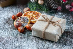 Плюшевый медвежонок Санты, подарочная коробка обернул linen ткань и украшенная с шнуром, украшением рождества на коричневом винта Стоковые Изображения RF