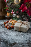 Плюшевый медвежонок Санты, подарочная коробка обернул linen ткань и украшенная с шнуром, украшением рождества на коричневом винта Стоковое Фото