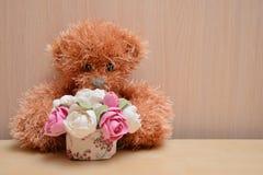 Плюшевый медвежонок с букетом стоковые изображения rf