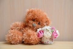 Плюшевый медвежонок с букетом стоковые фото