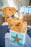 Плюшевый медвежонок с голубой лентой Стоковая Фотография
