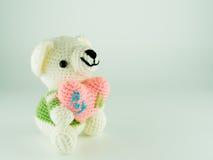 Плюшевый медвежонок сделанный от пряжи, изолированного сердца владением, Стоковые Фотографии RF