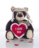 Плюшевый медвежонок с карточкой сердца на белой предпосылке Стоковое Изображение