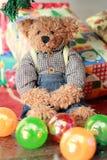 Плюшевый медвежонок с коробкой подарка Стоковое Фото