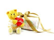 Плюшевый медвежонок с красным сердцем и подарочная коробка присутствующая Стоковое Изображение RF