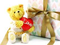Плюшевый медвежонок с красным сердцем и подарочная коробка присутствующая Стоковые Изображения