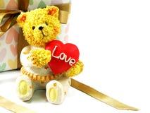 Плюшевый медвежонок с красным сердцем и подарочная коробка присутствующая Стоковое Изображение