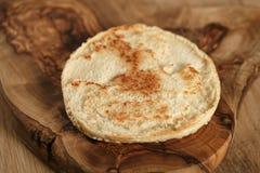 Плюшка бургера на деревянной доске Стоковые Изображения