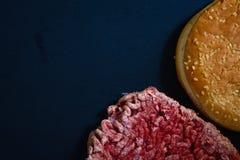Плюшка гамбургера и, который замерли сырцовый гамбургер говядины или свинины Стоковая Фотография RF