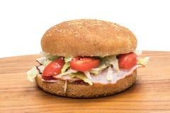 Плюшка гамбургера с ветчиной и салатом Стоковые Фотографии RF