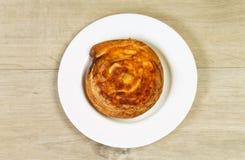 Плюшка десерта с сыром на белой плите Стоковые Изображения RF