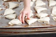 Плюшка заготовки теста с заполнять внутрь Подготовленный для печь в продукции выпечки стоковые фото