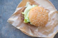 Плюшка зерна бургера вся с зажаренный на свинине барбекю Стоковое Фото