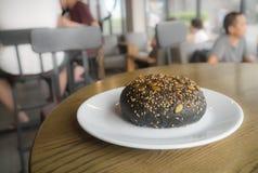 Плюшка на белой плите в кафе кофейни Стоковое Изображение RF