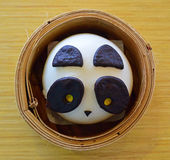 Плюшка панды китайская в корзине бамбука Dimsum Стоковое Изображение