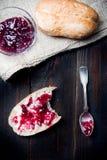 Плюшка с сладостным вареньем для завтрака Стоковое Фото