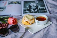 Плюшка с циннамоном и kremoi Стоковые Фотографии RF