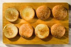 Плюшки бургера с семенами сезама Стоковая Фотография RF