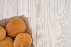 Плюшки гамбургера на белом старом деревянном столе Стоковое фото RF
