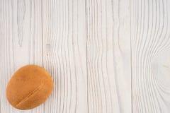 Плюшки гамбургера на белом старом деревянном столе Стоковые Изображения RF