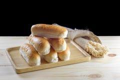 Плюшки горячей сосиски в деревянной плите на деревянном столе Стоковое Изображение