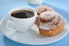 Плюшки и кофе циннамона Стоковые Фотографии RF