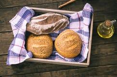 2 плюшки и хлеба рож в деревянной коробке Стоковая Фотография RF
