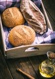 2 плюшки и хлеба рож в коробке Стоковая Фотография