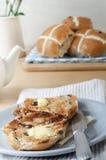 Плюшки и чай завтрака пасхи горячие перекрестные Стоковое Фото