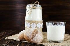 2 плюшки на дерюге с молоком Стоковые Фотографии RF