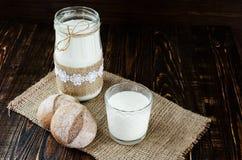 2 плюшки на дерюге с молоком Стоковые Изображения