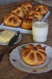 Плюшки обедающего пахты в форме цветка служили с маслом, ножом, стеклом молока на деревянной предпосылке Свежая испеченная бриошь Стоковые Изображения