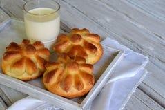Плюшки обедающего пахты в форме цветка служили с стеклом молока на деревянной предпосылке Свежая испеченная бриошь печь домодельн Стоковые Фото