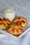 Плюшки обедающего пахты в форме цветка служили с стеклом молока на деревянной предпосылке Свежая испеченная бриошь печь домодельн Стоковое фото RF