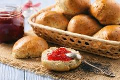 Плюшки домодельного хлеба с маковыми семененами и вареньем клубники Стоковые Фото