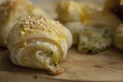 Плюшки от печенья слойки с сыром и зелеными цветами Фотография макроса еды Стоковые Фотографии RF