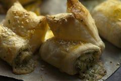 Плюшки от печенья слойки с сыром и зелеными цветами Фотография макроса еды Стоковое фото RF