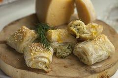 Плюшки от печенья слойки с сыром и зелеными цветами Фотография макроса еды Стоковые Фото