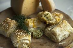 Плюшки от печенья слойки с сыром и зелеными цветами Фотография макроса еды Стоковые Изображения