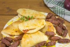 Плюшки пиццы с малыми сосисками и pepperoni Стоковая Фотография RF