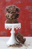 Плюшки плодоовощ шоколада на стойке белого торта Стоковые Изображения