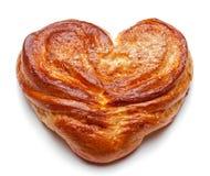 Плюшки дрожжей сладостные в форме сердца на белизне Стиль загородного дома подлинно Стоковые Фото
