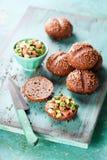 Плюшки сандвича Rye с семгами и авокадоом tartare Стоковое фото RF