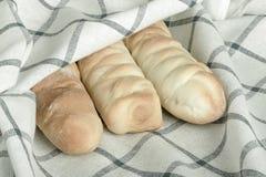 Плюшки сосиски в белой ткани холстинки тонизировано Стоковая Фотография RF