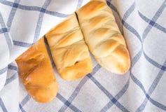 Плюшки сосиски в белой ткани холстинки Стоковые Изображения