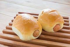 Плюшки сосиски с деревянной панелью Стоковая Фотография RF